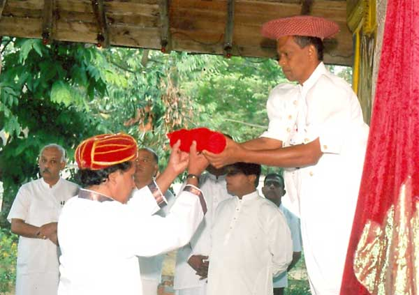 Wanakku Rala Herath hands over the <i>kap</i> to an official of Katragama Devale